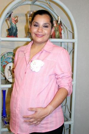 Harummy de la Cruz de Chávez recibió  lindos regalos para su bebé, en la fiesta de canastilla que le organizaron en días pasados.