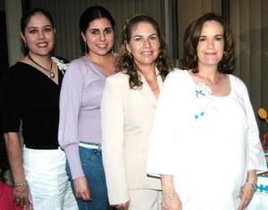 Jéssica Fisbie de Rodríguez, con las anfitrionas de su fiesta de canastilla.