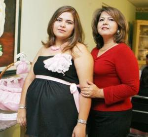 Melissa Herrera de Delgado junto a su mamá Laura Guzmán Torres, organizadoras de su fiesta de regalos.