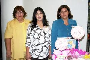 Mirna Moralñes de Ortiz disfrutó de una fiesta de regalos que le ofrecieron Rosario de Morales e Irma de Ortiz.