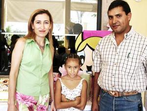 Ana Victoria Castro Arreola en compañía de sus papás, Ricardo Castro y Pily Arreola de Castro, el día que cumplió ocho años de vida.