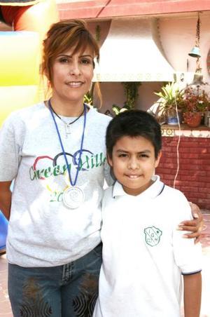 Arturo Aguilera Leaños junto a su mamá Beatriz Leaños de Aguilera, ens u fiesta por su séptimo cumpleaños.