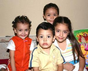 Paola renata Escoboso, acompñada por un grupo de amiguitos, en la fiesta que le prepararon sus paás por su sexto cumpleaños.