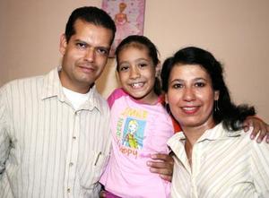 Paola Romo Cárdenas junto a sus paás, Rodrigo Romo y Ana Luisa Cárdenas de Romo, el día que cumplió ocho años de vida.