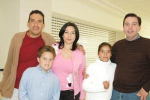 Ana González e hijos llegaron del DF, los recibieron los padres Eugenio y anselmo.
