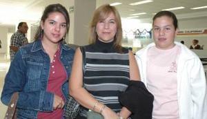 <u><i> 01 de noviembre de 2004</u></i><p>   Sandra Gilio de Rivas y sus hijas Sandra y Valeria viajaron con destino a San Diego, California.