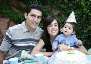 La pequeña Ximena Arreola Torres acompañada por sus papás Valente Arreola Enríquez y Martha Patricia Torres de Arrola quienes la festejaron por su primer año de vida