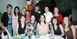 <u><i> 02 de noviembre de 2004</u></i><p>  Mónica Barba de Enríquez en su fiesta de regalos en compañía de sus amigas