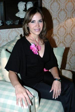 Alma Aguilar Luján contraerá matrimonio en breve, y por tal motivo sus amistades le organizaron una fiesta para despedirla de su soltería