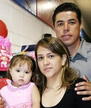<u><i> 02 de noviembre de 2004</u></i><p>  Huguette Prado Valenzuela en compañía de sus papás, Víctor Hugo Prado Castro y Blanca Olivia Valenzuela Arce, el día de su piñata.
