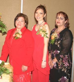 María Lidia Cervantes Peña, acompañada de las señoras Lidia A. Peña de Cervantes y Ema Cristina Castro de Máynez, anfitrionas de la despedida.