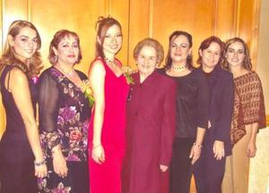 María Lidia Contreras Peña junto algunas de las asistentes a su despedida de soltera.