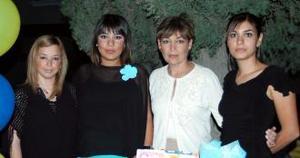<u><i> 03 de noviembre de 2004</u></i><p>  Mónica Barba ENríquez acompañada de las anfitrionas de su fiesta de canastilla.