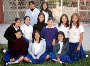 Bellas jovencitas compitieron por el título de Reina de Novatos en la  Preparatoria Venustiano Carranza.