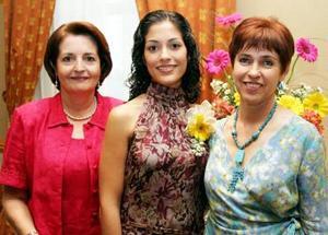 <u><i> 06 de noviembre de 2004</u></i><p>   Marcela Valdés Castaños acompañada por las anfitrionas de su festejo pre nupcial, que le ofrecieron por su próximo matrimonio con Ángel Lagarda Espinoza.