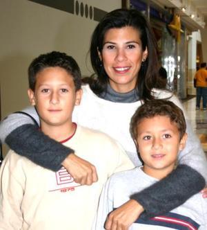 Angélica de Sada con sus hijos