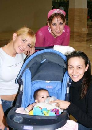 Gaby, Ileana, Silvia y la niña Ximena.