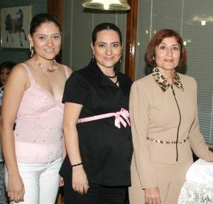 Alicia Martínez de Flores recibió numerosos obsequios, en el festejo que le organizaron su mamá, Alicia Magaña de MArtínez y su hermana Alejandra, en honor del bebé que espera.
