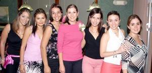 <u><i> 04 de noviembre de 2004</u></i><p>  Vanessa Villarreal Cuéllar, acompañada de las invitadas a su primera despedida de soltera.