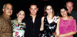 <u><i> 06 de noviembre de 2004</u></i><p>  Rogelio Barrios, Lupita de Barrios, Waghi Saade Núz y Merry Facuse de Saade les ofrecieron una última despedida de solteros.