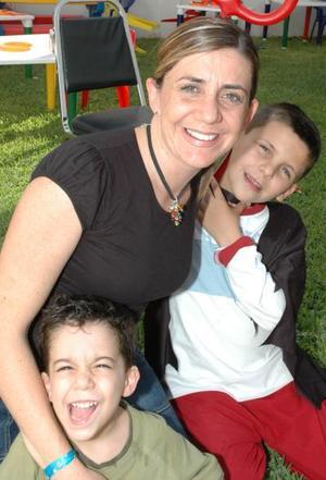Mayte, Víctor y Beto Echeverría, captados en reciente festejo infantil.