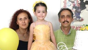 Mario Jesús Esparza y Olivia Hernández de Esparza le organizaron en días pasados una divertida piñata a su hija Éricka Esparza Hernández, con motivo de su tercer cumpleaños.