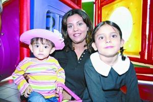Mariana y María alejandra Marroquín, acompañadas por su mamá Alejandra Cisneros de Marroquín, en un grato convivio infantil.
