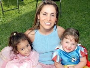 <u><i> 06 de noviembre de 2004</u></i><p>  Gracia, Natalia y Paula Díaz Vélez, captadas en un divertido festejo.