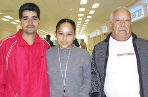 César Guzmán viajó al DF y fue despedido por José Ángel y Mayela Mata.
