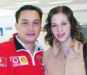 <u><i> 05 de noviembre de 2004</u></i><p>   Elena Saade Facuse y Carlos Barrios viajaron con destino a Cancún.