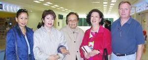 Esperanza, Urich, Leonor, Lola y Paty Torres, captados en el aeropuerto local de arribar a su respectivo vuelo.