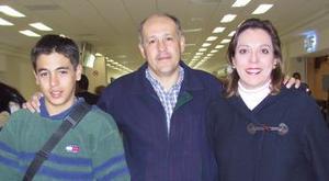 José Luis viajó al DF y fue despedido por Clara y José Luis Bravo.