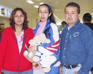 <u><i> 06 de noviembre de 2004</u></i><p>  Juana María Chacón viajó al DF y fue despedida por María Elena y Rubén.