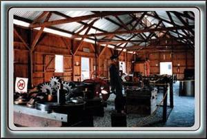 A seis años de apertura, el Museo del Ferrocarril ofrece al público los siguientes edificios y trenes.  <p> -EDIFICIO DE CARPINTERÍA: En 1938, este edificio albergó la carpintería de Ferrocarriles Nacionales en Torreón. Actualmente alberga una sala de exposición fotográfica, así como algunos planos y piezas de los diferentes departamentos de la antigua compañía.  <p> -EDIFICIO DE LA FRAGUA: Este espacio se levantó en 1907 y hasta 1992 fue sede del taller de fundición, en donde se fabricaban, moldeaban o reparaban diversas piezas indispensables para el rodaje de los carros. En esta sala se exhiben de momento, piezas encontradas bajo tierra y que son herramientas originales que usaban para el desempeño de su trabajo.