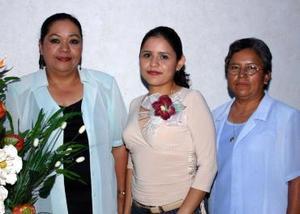 Irene Moreno Sánchez acompañada por las organizadoras  de su despedida , que le ofrecieron por su cercano matrimonio con Jacobo Elías Espino Díaz