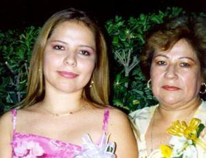 Miriam Judith Martínez Pérez con su mamá Miriam Pérez de Martínez, en la despedida que le ofrecieron por su próximo matrimonio.