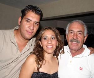 María Elena Enriquez junto a su papá Javier Enriquez y su hermano Carlos Enriquez, el día que celebró su cumpleaños.