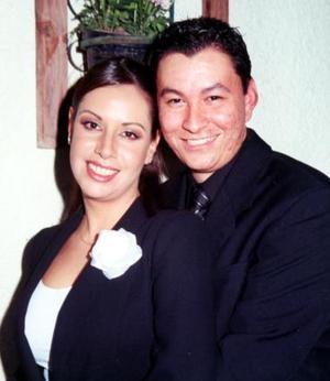 Sr. Carlos Alejandro González Rodríguez y Srita. María Guadalupe de la Torre Carreón contrajeron matrimonio civil el sábado 23 de octubre de 2004.