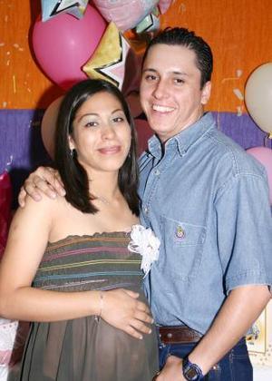Karla Yadira Morales de Muñoz junto a su esposo José Alberto Muñoz de Salas, en la fiesta de canastilla que leofrecieron en honor del bebé que está por nacer.