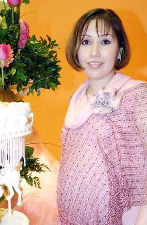 Norma Leticia  Serrano de Fernández recibió bonitos regalos, en la fiesta de canastilla que le ofrecieron por el próximo nacimiento de su bebé.