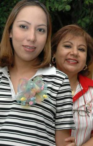 Ana Lilia Martínez de Frayre junto a Patricia Bernal de Martínez, organizadora de su fiesta de canastilla.