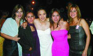Luisa Villarreal, Mague Madero, Fernanda Hoyos, Cristina Hernández y Dely Gallegos, en reciente festejo de boda en la ciudad de Durango.