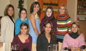 Cynthia Abularach Villlalobos, en compañía de algunas de las asistentes a su despedida de soltera