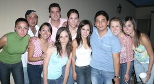Luis Gilio García acompañado por un grupo de amigos, en su fiesta de cumpleaños
