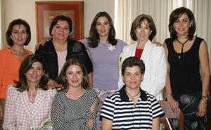 Mónica Saldaña de Villar con algunas de las invitadas a su festejo que le ofrecieron con motivo de su cumpleaños.