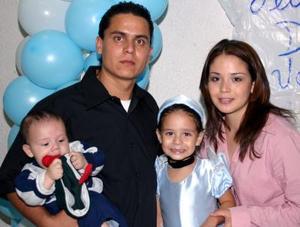 Denisse Valería Guzmán García captada en su fiesta con motivo de su cuarto cumpleaños, en compañías de sus papás y hermanito.