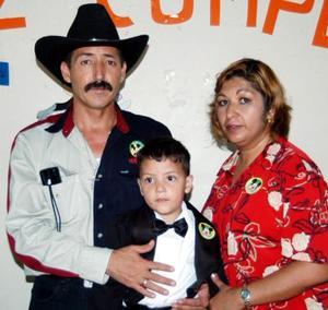 Jesús Javier Soto Alanís junto a sus papás Javier Soto Frausto y Mary de Soto, el día de su cumpleaños.