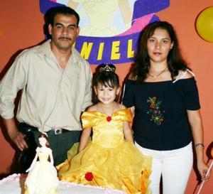 Karen Daniela Peña Estala acompañada por sus paás, Erasmo Peña Arciniega y Graciela Estala de Peña, el día que celebró su tercer cumpleaños.
