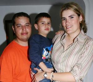 Mario Ernesto Arvizu Villarreal, captado en la fiesta de su cuarto cumpleñaos junto a su papás.