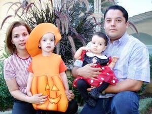 Ricardo Rivera, Liliana de Rivera, Elisa y Daniela Rivera Casino, en reciente festejo infantil.